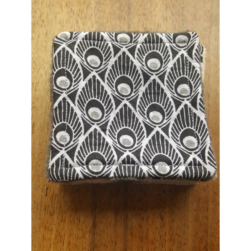 Lingettes démaquillantes carrées en tissu plumes de paon noir et gris